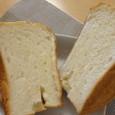 はちみつ入り食パンをカット。